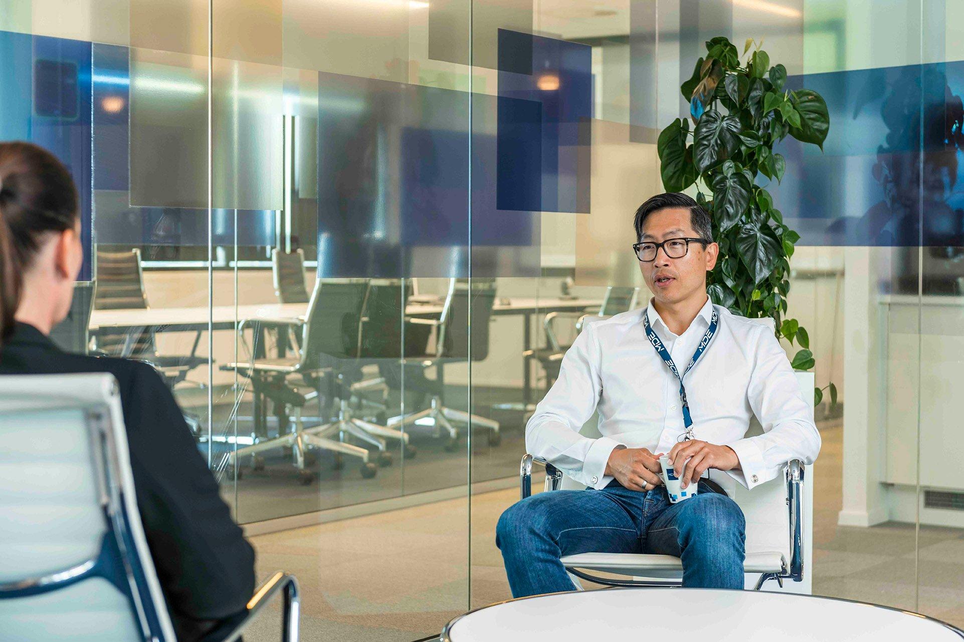 Svein Morten Bjustveit intervjuer en kandidat til en av våre spennende stillinger